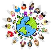 Crianças com o globo no fundo branco Foto de Stock
