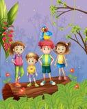 Crianças com o um papagaio colorido na floresta Foto de Stock Royalty Free