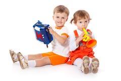 Crianças com os brinquedos no estúdio foto de stock royalty free