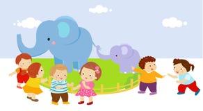 Crianças com os dois elefantes no jardim zoológico Fotos de Stock