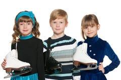 Crianças com patins fotos de stock royalty free