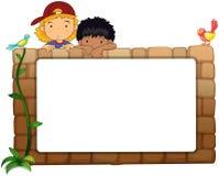 Crianças com placa branca na parede Fotografia de Stock Royalty Free