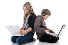 Crianças com portáteis Fotos de Stock Royalty Free
