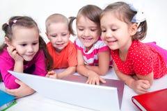 Crianças com portátil foto de stock