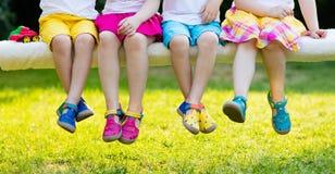 Crianças com sapatas coloridas Calçados das crianças imagem de stock royalty free