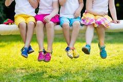 Crianças com sapatas coloridas Calçados das crianças foto de stock