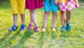 Crianças com sapatas coloridas Calçados das crianças foto de stock royalty free