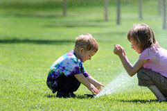 Crianças com sistema de extinção de incêndios Imagem de Stock Royalty Free
