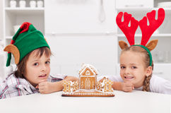 Crianças com sua casa de pão-de-espécie Fotos de Stock Royalty Free