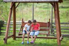 Crianças com tabuleta fora Imagens de Stock Royalty Free
