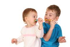 Crianças com toothbrushes fotografia de stock royalty free