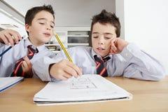 Crianças com trabalhos de casa em casa Fotos de Stock