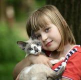 Crianças com um gatinho. Foto de Stock Royalty Free