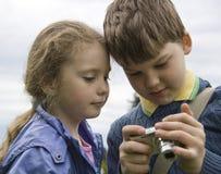Crianças com uma câmera Fotos de Stock
