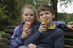 Crianças com uma câmera Fotografia de Stock Royalty Free