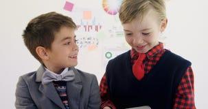 Crianças como o executivo empresarial que discute um com o otro 4k video estoque