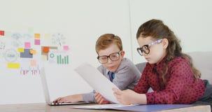 Crianças como o executivo empresarial que trabalha na mesa 4k filme
