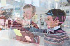 Crianças como os executivos empresariais que discutem sobre o whiteboard fotografia de stock royalty free
