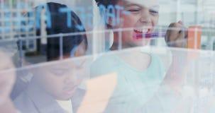 Crianças como os executivos empresariais que discutem sobre o whiteboard 4k filme