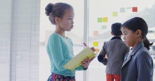 Crianças como os executivos empresariais que interagem um com o otro 4k vídeos de arquivo
