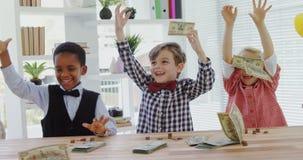 Crianças como os executivos empresariais que jogam a moeda notam 4k filme