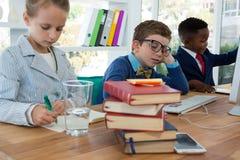 Crianças como os executivos empresariais que trabalham junto foto de stock royalty free
