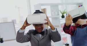 Crianças como os executivos empresariais que usam os auriculares 4k da realidade virtual filme