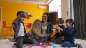 Crianças criativas que têm o divertimento com brinquedos educacionais video estoque