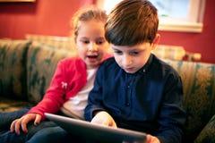 Crianças curiosas na aventura imagens de stock
