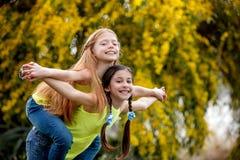 Crianças da amizade no acampamento do sommer Fotos de Stock