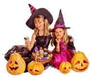 Crianças da bruxa no partido de Dia das Bruxas Fotos de Stock