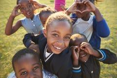 Crianças da escola primária que têm o divertimento fora, ângulo alto Imagem de Stock