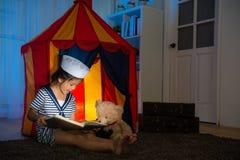 Crianças da menina como o marinheiro que compartilha do livro do álbum de fotografias Imagens de Stock
