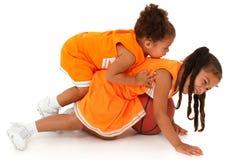 Crianças da menina da irmã no uniforme que joga o basquetebol Imagens de Stock Royalty Free