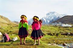 Crianças da montanha de Peru