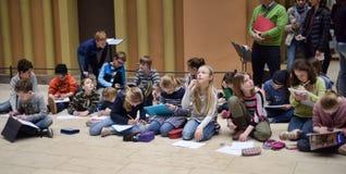 Crianças da pintura da escola de arte em um museu Foto de Stock