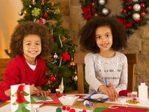 Crianças da raça misturada que fazem cartões de Natal Imagem de Stock Royalty Free