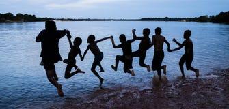 Crianças da vila que nadam no lago Acajatuba imagens de stock royalty free