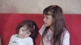 Crianças das emoções com mamã vídeos de arquivo