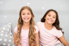 Crianças das meninas com cabelo encaracolado longo Conceito do partido de pijamas As meninas apenas querem ter o divertimento Seg imagem de stock royalty free