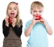 Crianças das crianças que comem saudável da queda do outono do fruto da maçã isolado sobre Foto de Stock Royalty Free