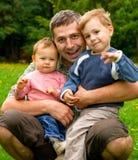 Crianças de abraço do pai Fotografia de Stock