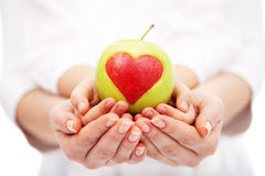 Crianças de ajuda a uma dieta saudável e a uma vida Fotografia de Stock Royalty Free