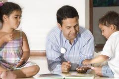 Crianças de ensino do paizinho Foto de Stock