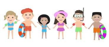 Crianças de nacionalidades diferentes na roupa da praia isolada sobre Fotografia de Stock Royalty Free