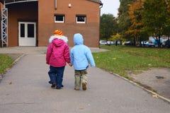 Crianças de passeio fotos de stock