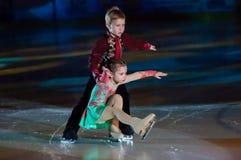 Crianças de patinagem dos pares Fotografia de Stock