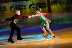 Crianças de patinagem dos pares Fotos de Stock
