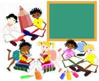 Crianças de raças diferentes nos livros da administração da escola, Fotografia de Stock Royalty Free