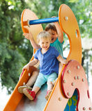 Crianças de riso na corrediça Imagens de Stock